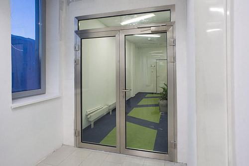 двери входные остекленные металлические для общественных зданий